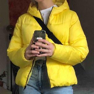 gul puffer jacket! lite smutsig på insidan men går säkert att tvätta bort, frakt 65kr
