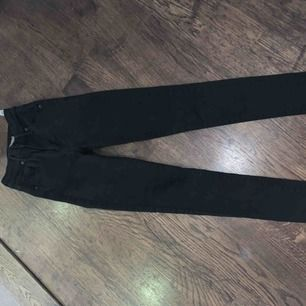 Säljer mina favorit jeans pga försmå, dessa är dom perfekta högmidjade jeansen som inte tappar passformen. Mile high super skinny modellen. Dessa är som nya använda fåtal gånger.