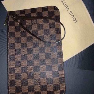 Äkta Louis Vuitton pochette i damier canvas. Dustbag och äkthetsbevis medföljer. Den är i nyskick, säljer pga den inte används. Priset ligger på 3500-4000kr på vintagebutiker Skickas med spårbar frakt samma dag som betalning✨