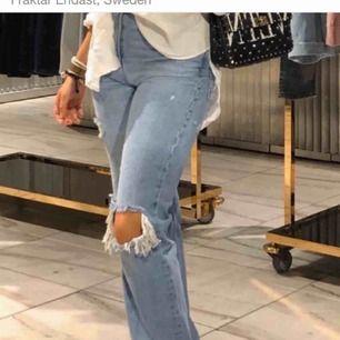 Populära SLUTSÅLDA jeans från zara, storlek 38 men passar mig som har 34 eller 36 i byxor (då dom krympt i tvätten). Första bilden är inte min, utan Alva B! Så skriv för fler bilder!