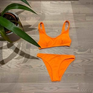 Neonorange bikini, säljer pga att den är för liten  Trosan är i storlek 34  Toppen är i storlek 36 Bra skick