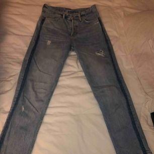 Säljer dessa boyfriend jeans från hm med slitningar. Inte alls använda mycket och jättesköna. Säljer pga fel storlek.