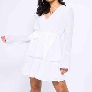 Jättefin vit klänning från madlady. Använd 1 gång. Frakt ingår.