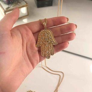 Guldigt långt halsband med stenar på. Superfint och lagom tungt. Säljer då det tyvärr inte kommer till användning💕