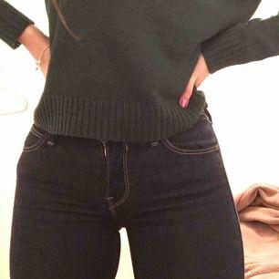 Marinblåa jeans från Lee. Storlek: w26, L31 (motsvarar storlek s/36) Inte kunnat använda dem så mycket tyvärr då dem är för små för mig, vilket även är anledningen till att jag säljer dem.  Nypris: 999kr Priset kan diskuteras