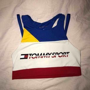 Sport-bh från Tommy Hilfiger, använd 2 ggr (såklart tvättad), den passar även S enligt mig!