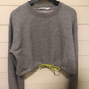HELT NY, aldrig använd croppad sweater som jag köpte på NA-KD butiken i Göteborg.