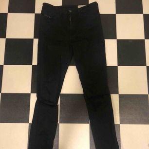 Svarta jeans med hål på knäna ifrån diesel