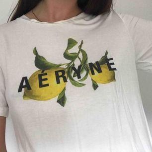 Ej min bild! En superskön T-shirt från Aeryne! Supermjukt material, passar typ XS-M trots att den är  Xs pga att den är så mjuk och flowy! Dm för fler bilder om så önskas 🍋
