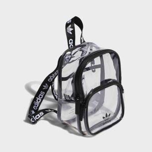 Mini ryggsäck från adidas köpt 2019, fin skick!  Skriv till mig för bilder :)