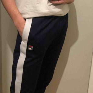 Bekväma och härliga sweatpants från Fila!! Skicket är mycket gott 😊. Köpare står för frakt 💓.