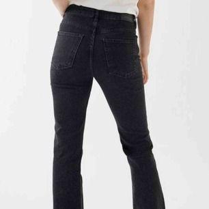 Croppade svart/gråa byxor