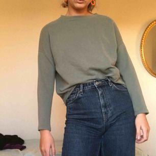 Snygg grön tröja. Köpt på PULL&BEAR  Möts upp i Stockholm eller skickar!!!