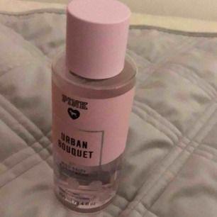 Victoria's Secret PINK Body Mist Urban Bouqet 250ml, köptes på VS affären men ej använt, fräsch lukt. Nypris 420kr säljes för 270 inkl frakt