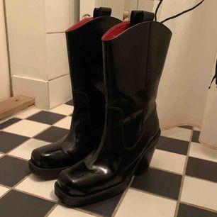 H&M studio AW 18 cowboys boots! Super snuffs och bekväma cowboy boots med perfekt klackhöjd. Knappt använda, endast några få märken vid tåpartiet.  Köpare står för frakt.