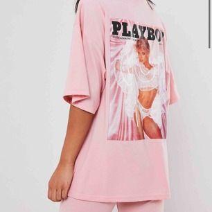 Oversized t-shirt från missguided, Playboy. Köpt för 300kr + 60kr frakt, är aldrig använd. Passar både S, och M kroppar. (Pris kan diskuteras) Frakt 20kr