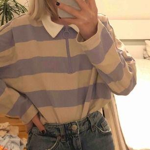 As gullig tröja från monki i storlek S men passar även en XS! Köptes för 200kr men säljer för 100kr + 50kr frakt! Endast använd 2 gånger så den ser ut som ny!