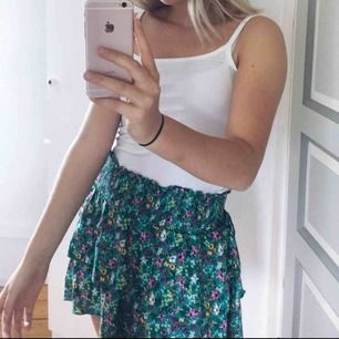 Jättefin grön kjol i str 38 men skulle säga att den passar jättebra för str 36 också då den är kort. Den kommer inte till användning mer, därför säljer jag den☺️ köparen står för frakt💕