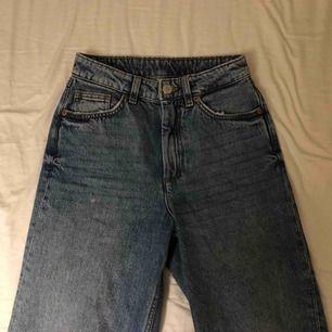 Jeans från monki i modellen MOZIK och storleken 24! Köpt för 400kr men säljer för 150kr + frakt! Använda ca 3 gånger men ser helt nya ut. De slutar lite ovanför mina fötter och jag är 165! De är straight leg/wide leg