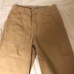 Wide leg jeans köpta på primark i London i storlek 8 uk vilket jag skulle säga är en S. Köpta för 500kr men säljer för 150kr + frakt! Använd ca 3 gånger men är som nya! (Jag är 165)