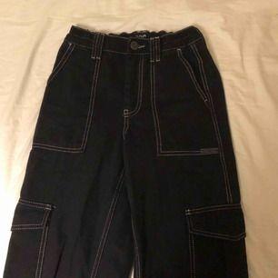 Svarta skate jeans från Urban outfitters med vita sömmar. De är straight leg och slutar vid mina fötter! Är 165cm. Köpta för 700kr men säljer för 200kr+frakt. Använda ca 2 gånger så är nästan nya!