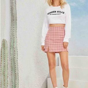 Supersöt kjol i rosa pläd tyg<3 aldrig använt då den dessvärre sitter lite väl tight på mig