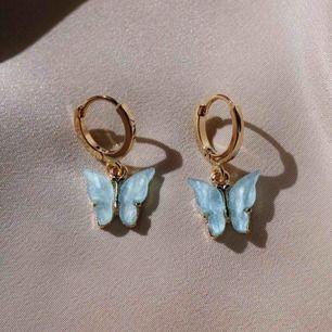 Säljer världens gulligaste fjärils-örhängen! Verkligen så så fina men kommer inte till användning. Endast använt de rosa en gång, de blå och de gula är helt oanvända💕 Jag bjuder på frakten😊 De blåa är sålda!