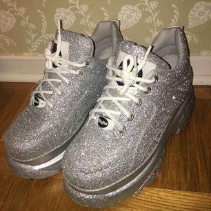 glittriga sneakers från buffalo! använda endast 3 ggr pga fel storlek, som nya!