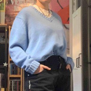 Ljusblå stickad tröja köpt på secondhand, mycket bra skick, frakt ingår