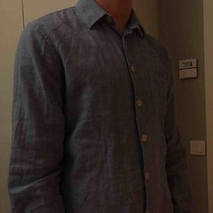 VELOUR skjorta i linne material, perfekt till sommaren! Säljer pågrund av att den tyvärr är för liten, funkar till både kille och tjej!