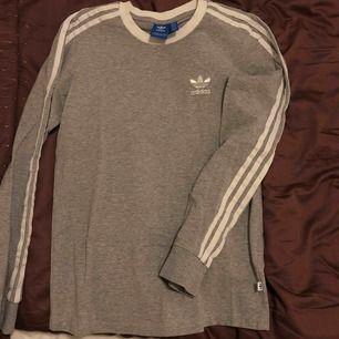 Adidas tröja. Använd fåtal gånger och i fint skick.