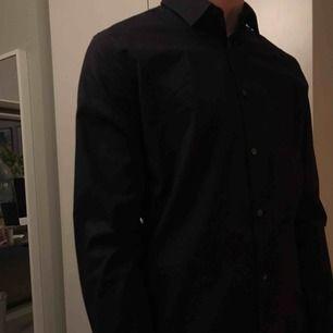 CALVIN KLEIN skjorta i svart, sitter supersnyggt men den har tyvärr blivit för liten för mig :( går att fixa fler bilder om det behövs