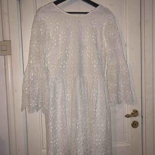 Säljer denna klänning som jag tänkte ha på studenten men ångrade mig såklart! Den är bara provad och lappen är kvar på klänningen! Första bilden är min egen! Frakt tillkommer!