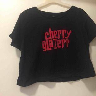 Cherry glazerr-croptop (bandtröja). Mycket bra skick, och frakten ingår i priset. Finns på fler sidor! Kan även fås i paketpris vid köp av både denna och bmth-tröjan