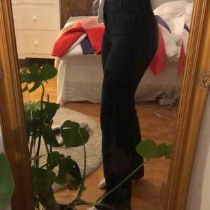 Super snygga svarta flare jeans från Wrangler. Framfickorna är sydda på byxorna (se bild) 😊 De går till marken på mig som är 1,68. Köpta för 900kr. Skriv för fler bilder.🥰