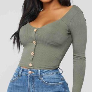 Skit snygg fashion Nova tröja som jag aldrig har  användt för jag har inga boobs😭Storlek xs men passar båda xs och s🦋🦋Köpt för 22 dollar (ca 200kr). DM för bättre bilder och för flera frågor🥰❤️