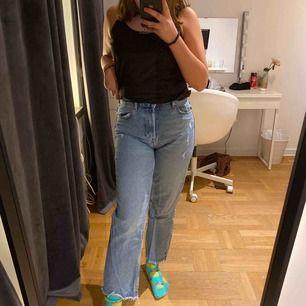 Säljer dom här skit coola blåa mom jeansen från zara. Använda ca 3 gånger och känner att dom inte riktigt är i min stil längre, men annars är dom fina o i gott skick! Nypris:400
