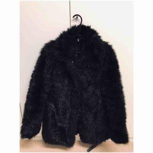 Fake päls jacka i svart. Använt 3 gånger. Nypris 300 kr Mitt pris 200 kr och frakt tillkommer