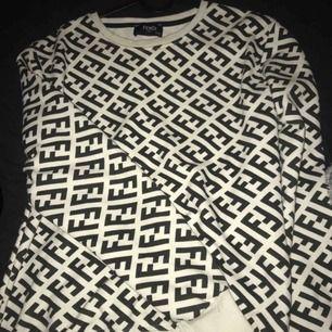 Säljer min Fendi tröja som är använd en gång. Tröjan är kopia så sälja billigt Unisex så passar dam och herr Storlek S