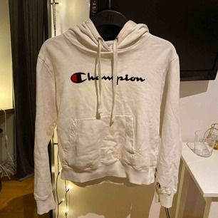 Säljer en vit Champion hoodie med marin blå sammets champion text! Jätte mysig osv men inte riktigt min grej! Den är i bra kvalité då jag inte använt den så mycket. Köpt för ca 400kr