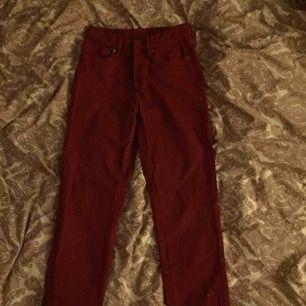 Röda högmidjade wide/straight leg jeans. Byxorna fick inte helt plats på bilden, dem är längre i verkligheten, skulle gissa på att de har en längd på 30/32.