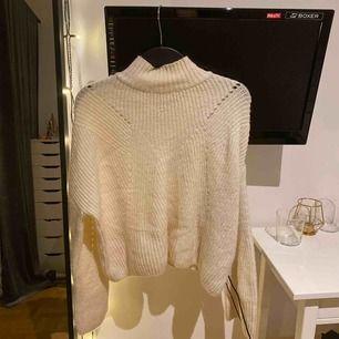 Ganska stor för att vara en xs. Den är extremt skön och mysig och sticks inte alls som andra stickade tröjor kan göra! Använder den här inte längre och därför säljer jag den! Nypris ca 300kr