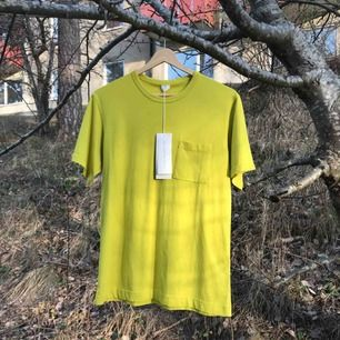 Oanvänd t-shirt från Arket! Köpt på herravdelningen och är i storlek S!