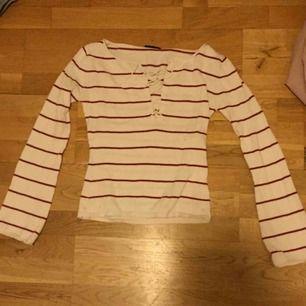 Randig långärmad tröja med snörning över bysten, och är i bra skick. Säljer den för att jag inte använder tillräckligt ofta.