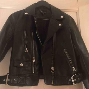 Svart skinn jacka från Zara fint skick köparen står för frakten eventuellt möts upp i central Stockholm