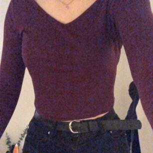 Detta är en jättefin burgundy långärmad tröja från H&M. Har aldrig använt den!