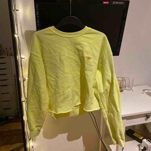 Skit cool neon gul sweatshirt från river island. Nypris: ca 250/300kr