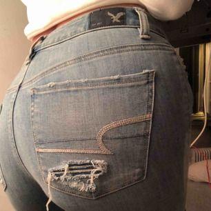 Snygga jeans från american eagle, använda ett fåtal gånger. Det är storlek uk 6, men skulle helt klart säga att det är storlek 34/36! Går att frakta :)