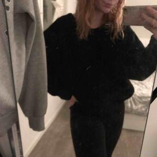 Mysig svart tröja som aldrig kommit till användning på grund av att jag tycker den e för stor  100kr+frakt