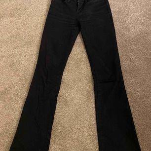 Säljer mina svarta bootcut-jeans från Levis, pga att de blivit för små! Storlek 25. De är sparsamt använda och i jättefint skick.  Köpta på Levis butiken i Gallerian, Stockholm. Tyvärr vet jag inte om jag har kvar kvittot.  Kan skickas!